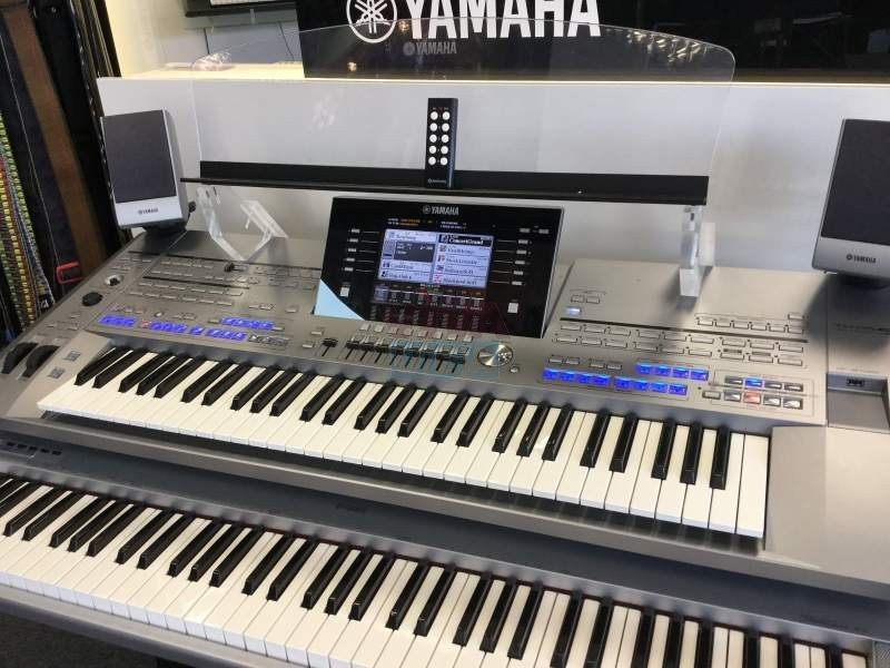 For sale Yamaha Tyros 5 76-key Arranger workstation keyboard